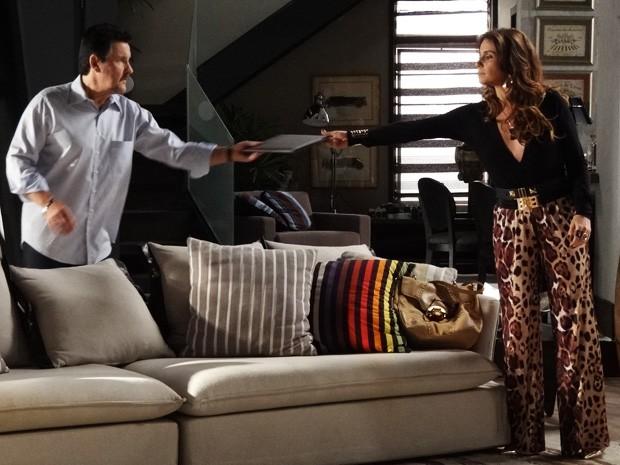 Helô entrega apuração, feita até agora, para Mustafa (Foto: Salve Jorge/ TV Globo)