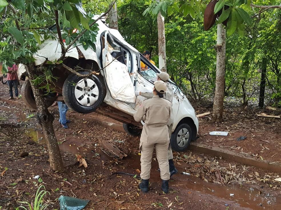 Carro fica suspenso em arvore após aquaplanagem na RO-479 em Rolim de Moura, RO (Foto: Alerta Rolim/Reprodução)