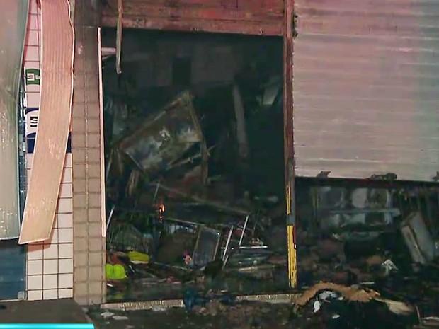 Fogo tomou conta da loja e provocou desabamentos, segundo bombeiros (Foto: Reprodução/TV Cabo Branco)