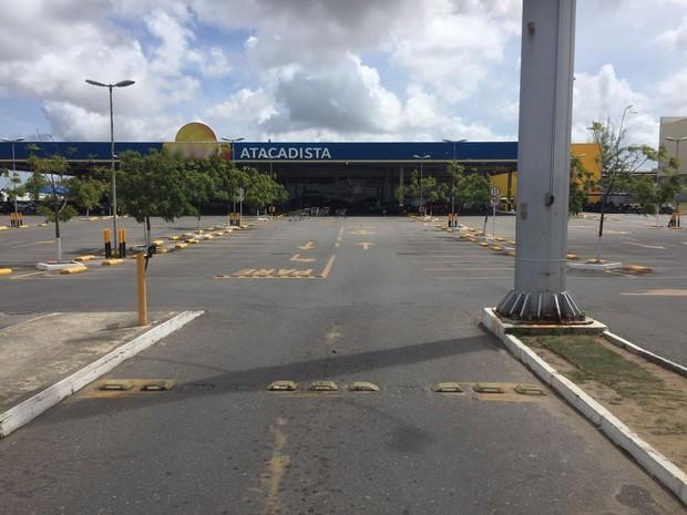 Supermercado atacadista em João Pessoa foi interditado e só deve ser reaberto se for aprovado em nova inspeção (Foto: Walter Paparazzo/G1)