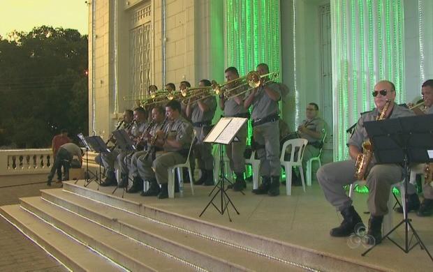 Banda da PM se apresenta em frente ao palácio Rio Branco (Foto: Reprodução TV Acre)