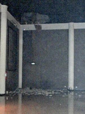 Parte do gesso caiu em salão de festa.  (Foto: Johan Willian Nascimento Oliveira / Arquivo Pessoal)