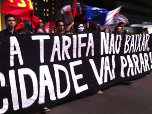Manifestantes carregam faixas durante protesto na Av. Paulista. (Foto: Ana Carolina Moreno/G1)