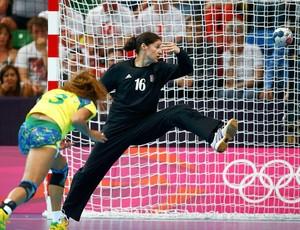 Alexandra Nascimento na partida de handebol do Brasil contra a Croácia (Foto: EFE)