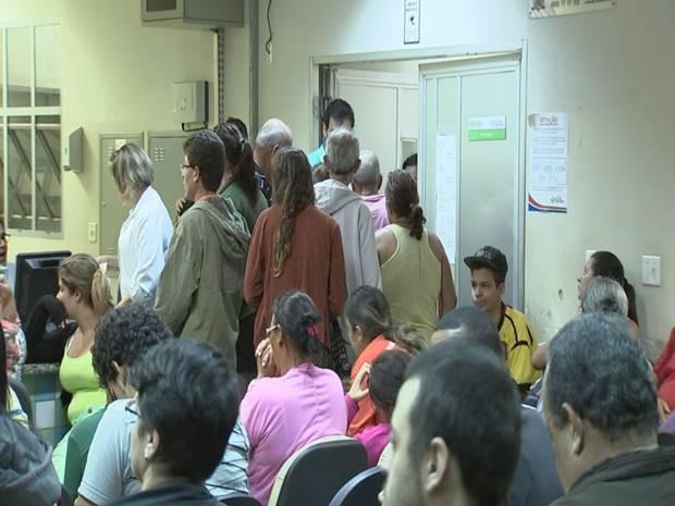 Por causa da dengue, unidades de saúde ficaram lotadas em Rio Preto  (Foto: Reprodução/ TV TEM)