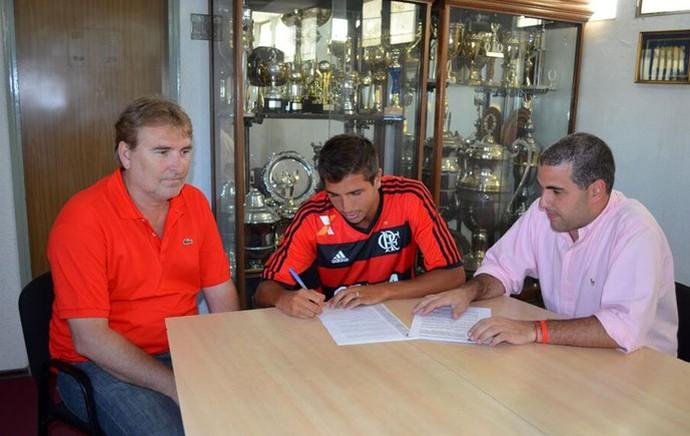 Mugni assina com o Fla: jogador chegou como revelação do futebol argentino (Foto: Divulgação )