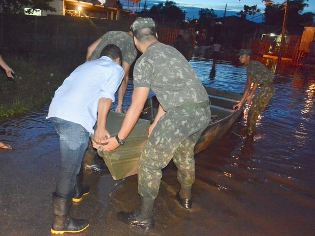 Homens do Expercito ajudam na retiradas das famílias (Foto: Assis Lima/Prefeitura de Rio Branco)