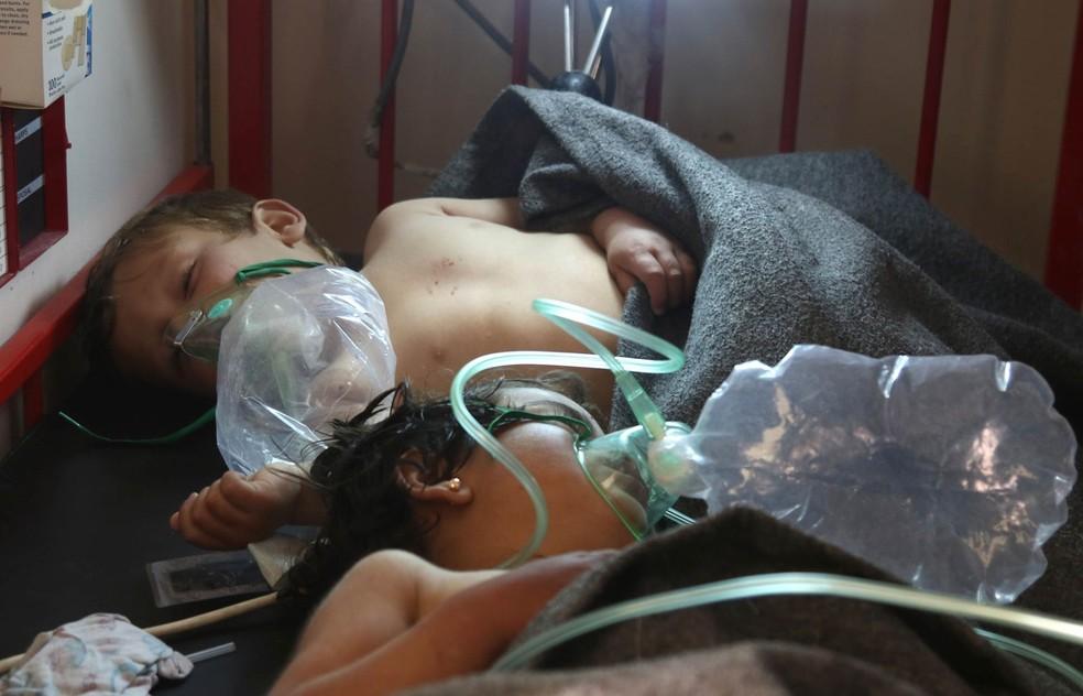 Crianças respiram com a ajuda de inaladores enquanto recebem tratamento após a suspeita de um ataque com gás tóxico em Khan Sheikhun, zona controlada por rebeldes na cidade de Idlib, na Síria (Foto: Mohamed Al-Bakour/AFP)