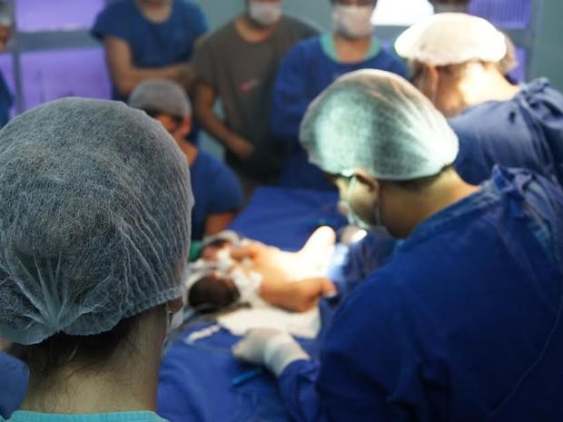 Cirurgia para separar gêmeas durou três horas em Belém (Foto: Divulgação / Santa Casa)