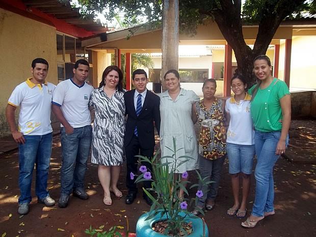 Lucas, ao lado de amigos com deficiência auditiva, professores e intérpretes (Foto: Arquivo Pessoal)