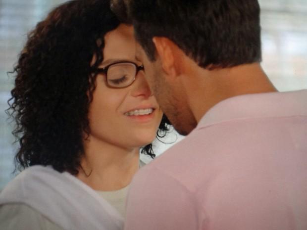 Ricardo se aproxima para dar um beijo em Scarlett, disfarçada de Cidinha (Foto: TV Globo)