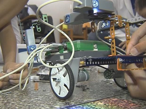 Robô auxilia no tratamento de crianças com autismo (Foto: Reprodução/TV TEM)