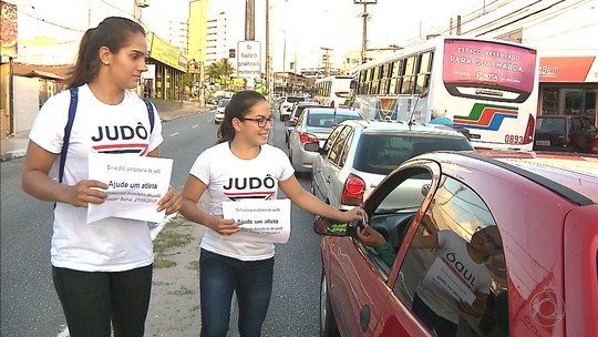 Judocas pedem dinheiro em semáforo de João Pessoa para disputar Brasileiro Sub-21