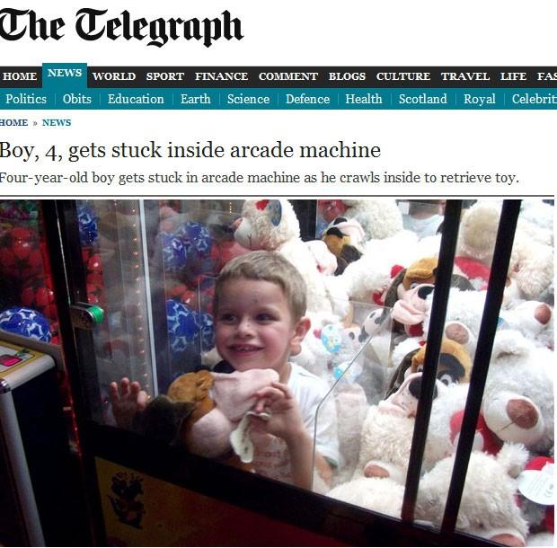 O pequenos Aiden Moore, de 4 anos, ficou cerca de meia hora preso dentro da máquina de pegar ursinhos de pelúcia (Foto: Reprodução)