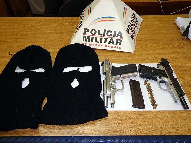 Três já foram presos e dois veículos apreendidos, além de armamentos e artefatos explosivos (Foto: Vanderlei Gontijo)