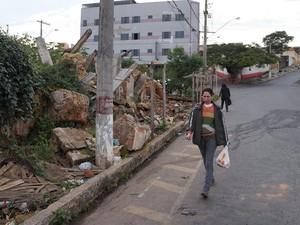 Entulhos  de demolição impedem trânsito de pedestres em Oliveira (Foto: Marcelo Praxedes/Divulgação)
