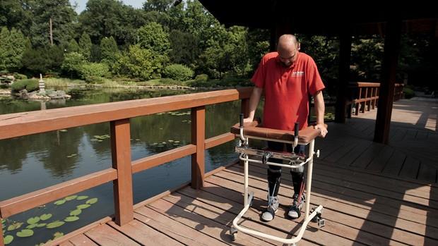 Foto mostra paciente andando com a ajuda de um equipamento, depois de receber transplante de células nasais (Foto: AFP Photo/BBC Panorama )