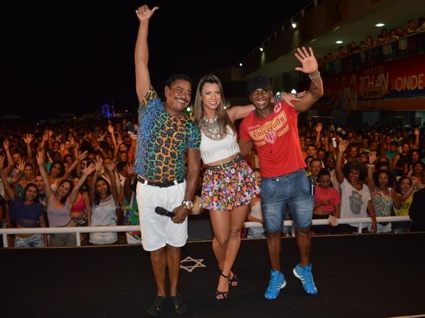 Compadre Washington e Beto Jamaica com Vina Calmon em show em Salvador, na Bahia (Foto: Felipe Souto Maior/ Ag. News)