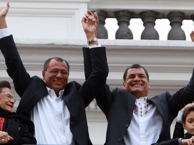 Correa e o vice-presidente Jorge Glass (à esquerda) comemoram vitória obtida já no primeiro turno (Foto: Martin Jaramillo/AP)