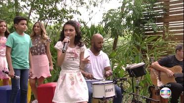 Maria Vitória, do 'The Voice Kids' , canta 'Águas de Março'