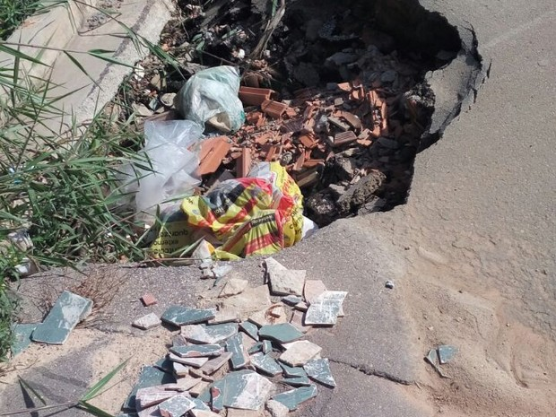 Buracos são encontrados em várias vias, dizem os moradores (Foto: Gerson Lourenço/Arquivo pessoal)