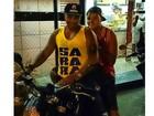 Naldo anda de moto com o filho em favela no Rio