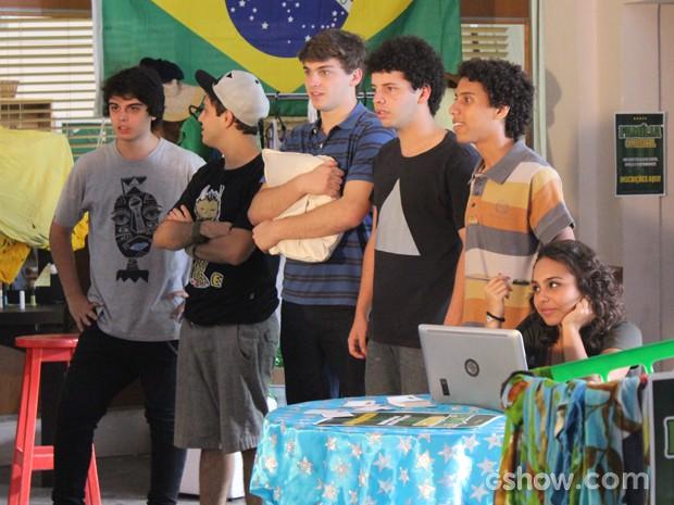 Eles ficam imóveis, sem reação (Foto: Malhação / TV Globo)