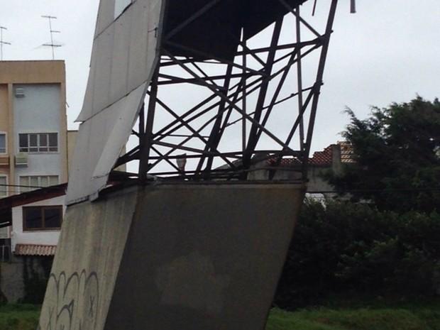 Placas do pórtico caíram com ventos fortes (Foto: Ronaldo Bruchado/RBS TV)