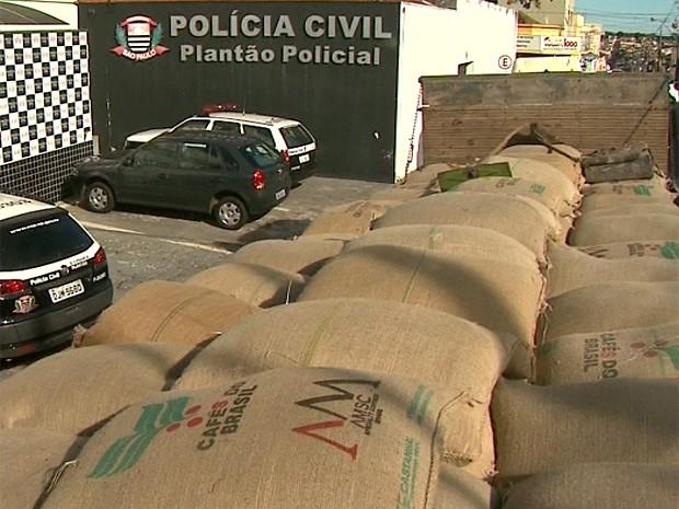 Carga avaliada em R$ 94 mil foi encontrada em chácara em Franca, SP (Foto: Márcio Meireles/EPTV)