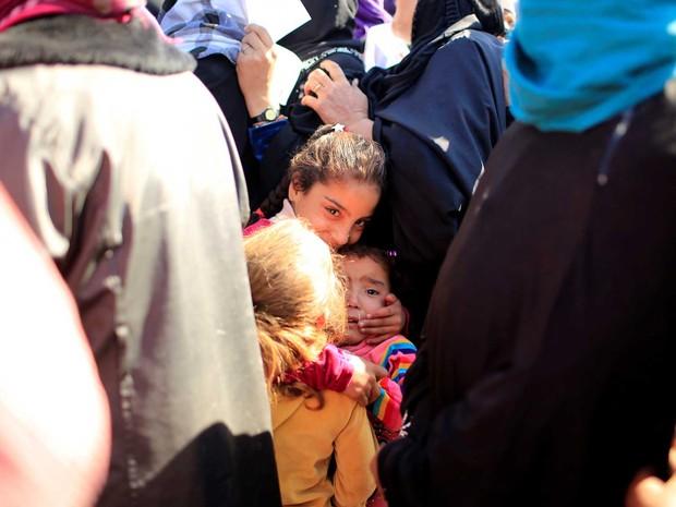 Crianças que deixaram mossul com suas famílias e recebem ajuda no campo de refugiados de Al-Khazer, a leste de Mossul, no Iraque (Foto: Thaier Al-Sudaini/ Reuters)