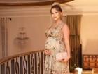 Andressa Suita esbanja elegância e mostra barrigão de grávida em evento