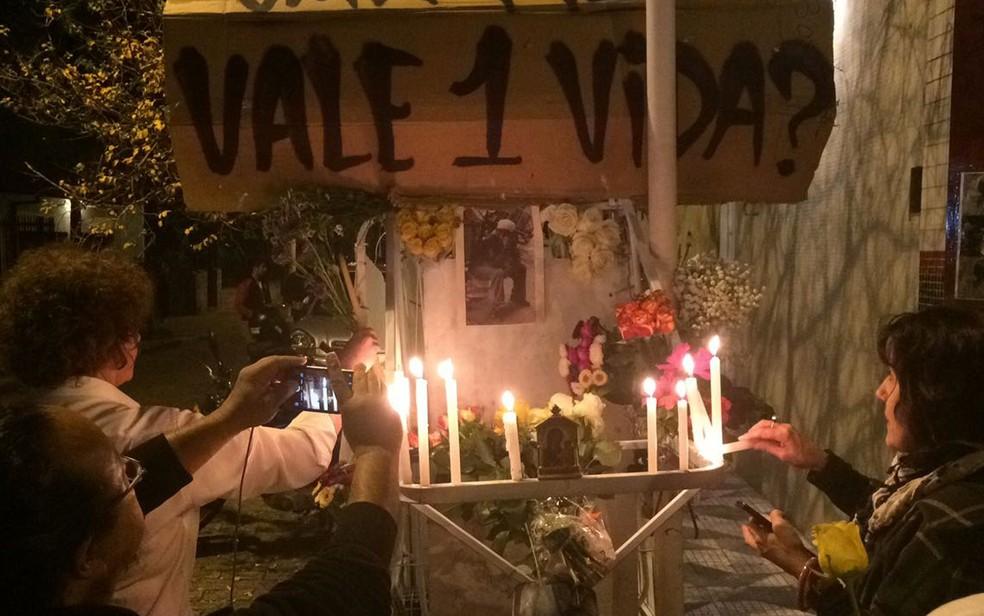 Manifestantes pedem justiça e homenageiam o carroceiro Ricardo Teixeira Santos na Rua Teodoro Sampaio, na Zona Oeste de São Paulo, onde foi morte nesta quarta-feira (12) (Foto: Livia Machado/G1)
