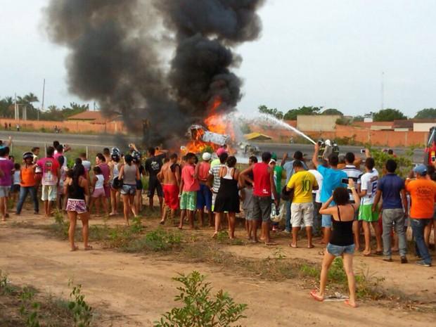Populares acompanham explosão de avião agrícola em Balsas, MA (Foto: Divulgação/Polícia Rodoviária Federal)