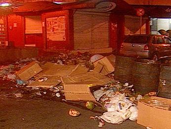 Lixo encontrado em rua de Campina Grande, no Agreste da Paraíba (Foto: Reprodução/TV Paraíba)
