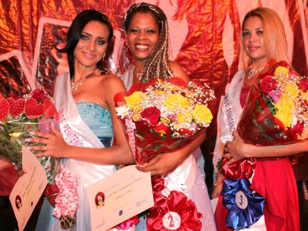 Amanda (esq) é eleita Miss Penitenciária 2012, Ester (meio) ficou em 2º lugar e Jéssica em 3º (Foto: Taísa Arruda/G1)