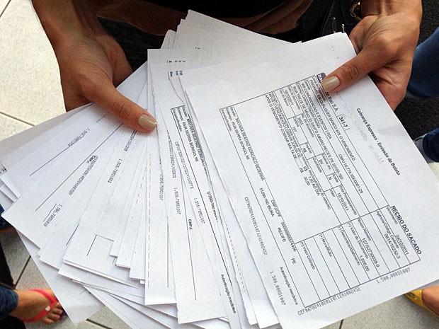 Turma de enfermagem da UPE apresenta recibos de pagamentos feitos à W9 (Foto: Débora Soares / G1)