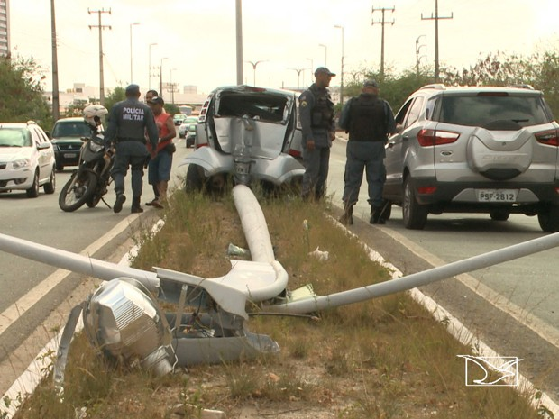 Mulher bate veículo em poste após assalto no Jaracati, em São Luís (Foto: Reprodução/TV Mirante)
