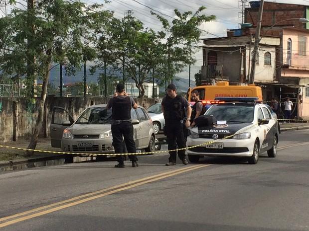 Carro foi metralhado por tiros em Madureira, no Subúrbio do Rio (Foto: Matheus Rodrigues/ G1)