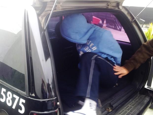 Menor que teria atirado em jovem em Praia Grande foi entregue à Polícia pela mãe (Foto: Antonio Marcos/G1)
