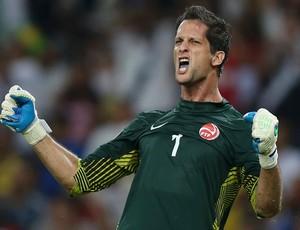 Mickael Roche comemora penalti pra fora, Espanha x Taiti (Foto: Reuters)