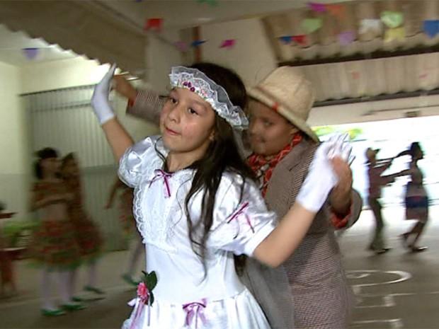 Crianças de escola municipal ensaiam para concurso de quadrilha em São João da Boa Vista (Foto: Reprodução/EPTV)