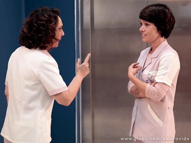 Ordália fica chocada ao saber que Joana aceita que Luciano esteja com ela por dinheiro (Foto: Amor à Vida / TV Globo)