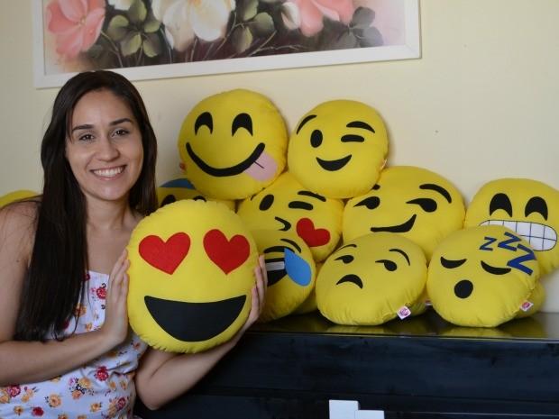 Thassia Emanuelle é responsável por toda a produção das almofadas com as 'carinhas do WhatsApp' (Foto: Valéria Oliveira/ G1 RR)