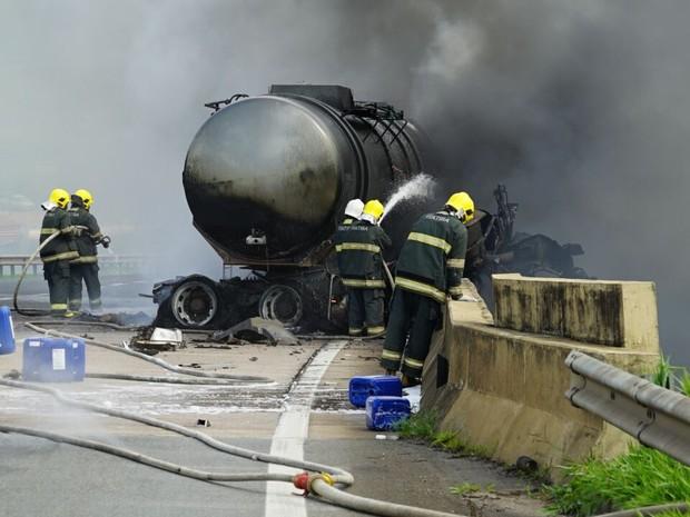 Caminhão pegou fogo na rodovia Dom Pedro, em Itatiba (Foto: Washington Souza/Diário I)