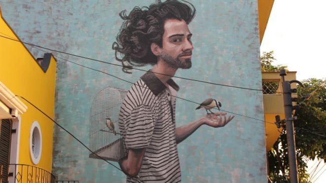 Fruto de ação política ou simplesmente de uma manifestação artística espontânea, o grafite se disseminou por São Paulo colorindo os muros da cidade (Foto: Charles Humpreys/BBC)
