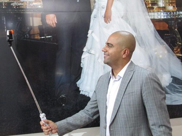 Pau de selfie customizado é sugerido como lembrancinha para casamentos (Foto: Karina Trevizan/G1)