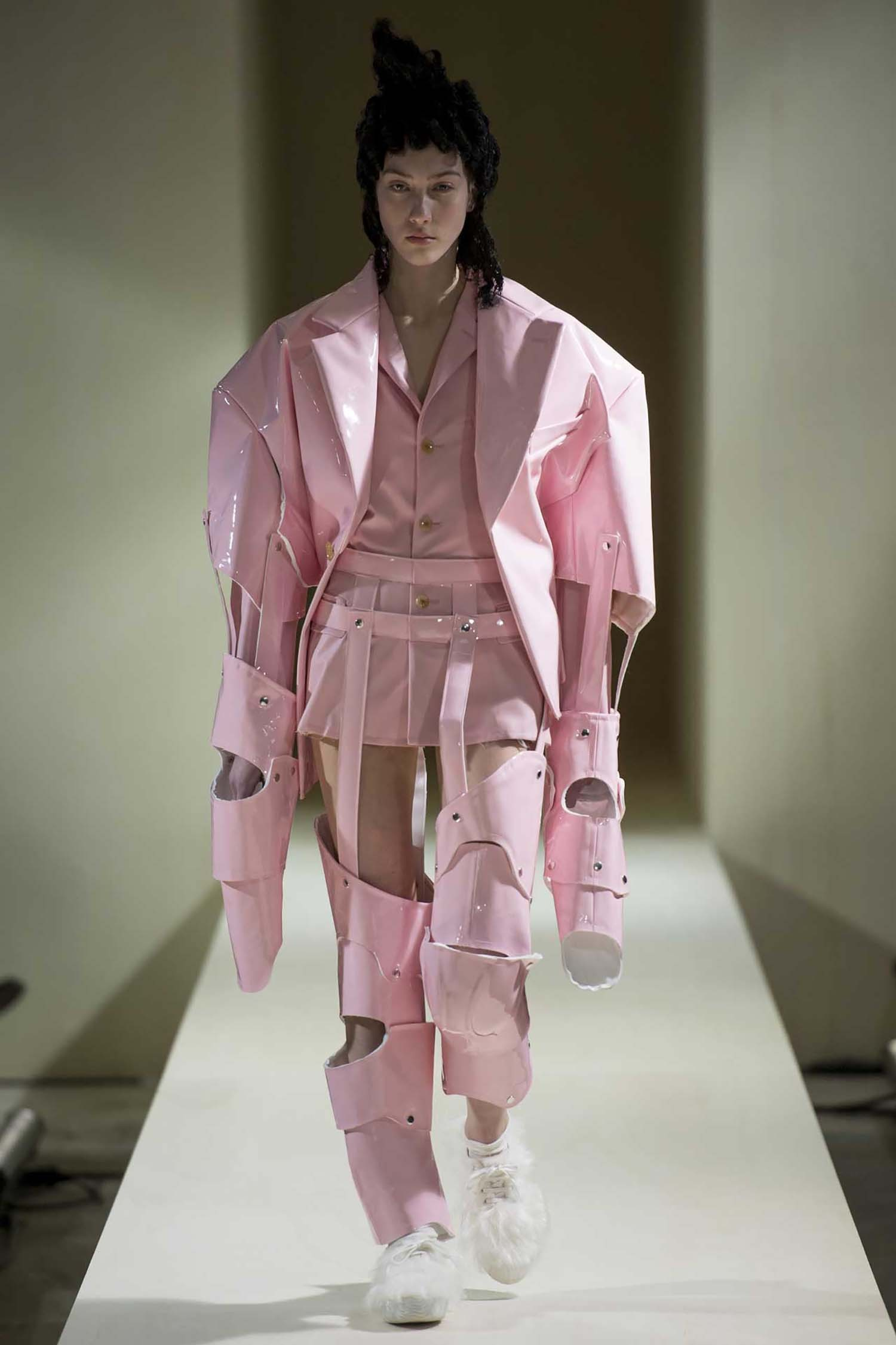"""Rei Kawakubo for Comme des Garçons: Two-piece ensemble in synthetic leather from the """"18th-Century Punk"""" collection. A retrospective of Rei Kawakubo's work, """"Art of the In-Between"""", is currently on show at the Costume Institute of the Metropolitan Museum of Art (until 4th September 2017 ) (Foto: COPYRIGHT AND COURTESY OF COMME DES GARÇONS)"""