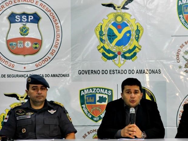 Sérgio Fontes (à direita) falou sobre balanço da operação 'Espectro da Segurança' (Foto: Suelen Gonçalves/G1 AM)