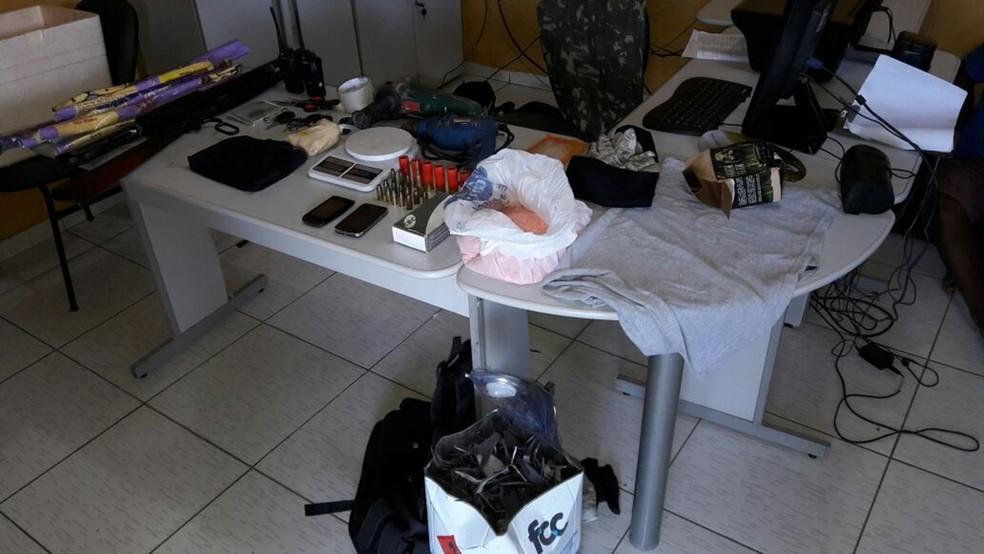 Grupo foi preso com veículos, armas, explosivos, munições e ferramentas usadas para ataque (Foto: Luiz Duarte / Polícia Militar)