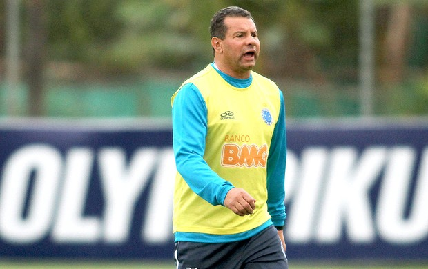 Celso Roth no treino do Cruzeiro (Foto: Washington Alves / Vipcomm)